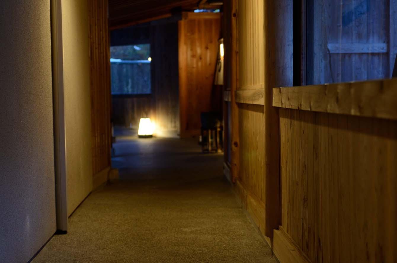 144 風呂場への渡り廊下
