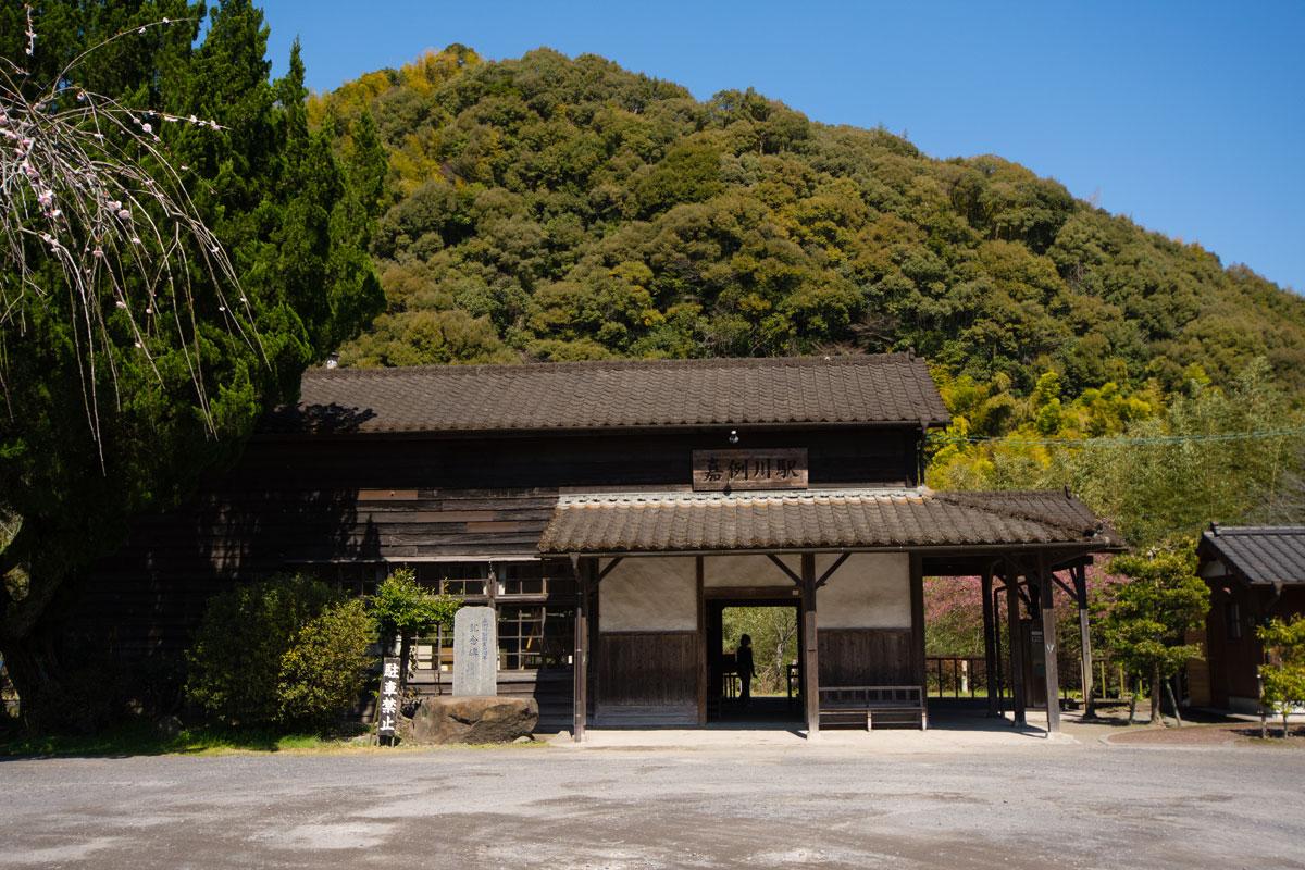 無人の古い駅舎 嘉例川駅